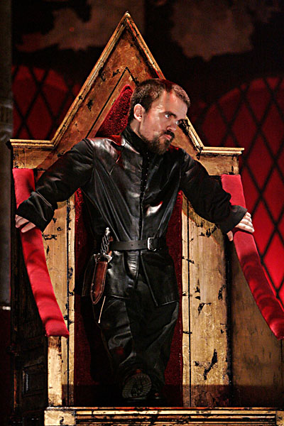 the concept of richards physical isolation in shakespeares play richard the iii Richard iii (review) making richard's physical disabilities the result of war wounds brian mceleney was one of the more affable richards i have seen, and.